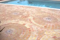 Rosace carrelage de piscine en terre cuite – Fabrication artisanale au feu de bois